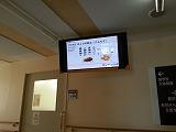 『写真』廊下の天井に情報保障用のディスプレイ