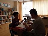 小4全盲児童と先生の授業風景