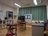 遮光カーテンを締め切って授業をしている部屋