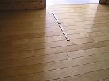 広い木の廊下のドアの所に足で踏むと分かる印の工夫