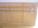 壁にある手すりは、こどもの身長に合わせて使えるように上下2本