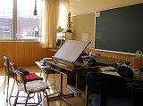 1人1人の生徒が使いやすいよう機器が配置された教室
