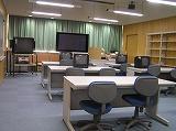 音声パソコン、大画面テレビなどを備えた視聴覚室