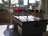 高さの変わる調理台を備えた調理実習室