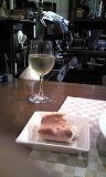 白ワイングラスと手作りオリープパン