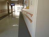 『写真』 盲学校エリアの廊下には壁際にグレーのライン