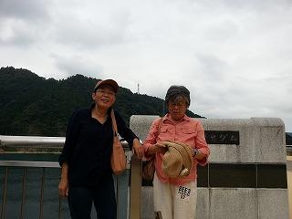 ダム湖を見下ろす展望台で二人の友人を撮る