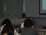講座で講義する私