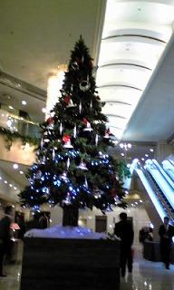 ホテル正面に飾られたクリスマスツリー