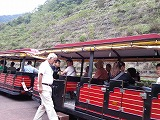 まるで遊園地の汽車のようにかわいい赤いバス