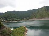 ダム湖をカメラに納めた所