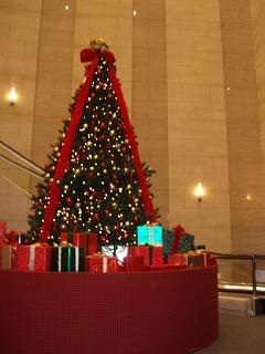 宿泊先の正面玄関のクリスマスツリー