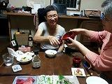 日本酒をすてきな漆器で差しつ差されつしている