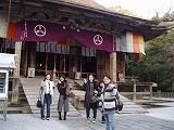 竹林寺で合格祈願部する学生たち