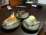 地元で有名なケーキ屋で買ったケーキ(レアチーズ・ガトウショコラ・フルーツケーキ)