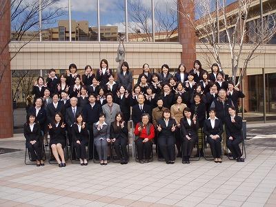 42人の学生と先生方とで記念撮影