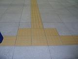 点字ブロックと床のコントラストが悪い