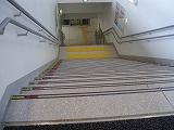 段の端に黒と赤ではっきりと区切り線のある階段