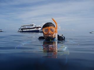 水中散歩を楽しんで船をバックにカメラに収まる私