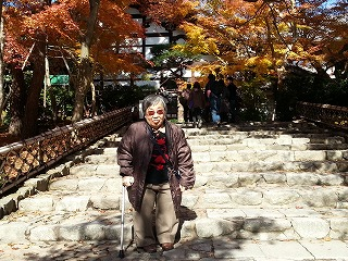 龍安寺正面の石段を登ったところで記念撮影