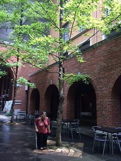 大会会場の同志社大学寒梅館の入り口で