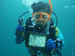 水中でガイドさんに記念撮影をしてもらった