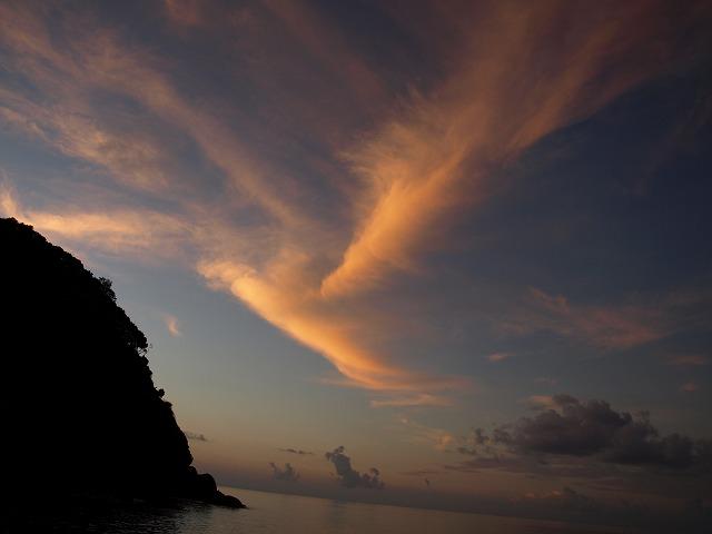 明け方の空少し朝日があたって雲があかね色に