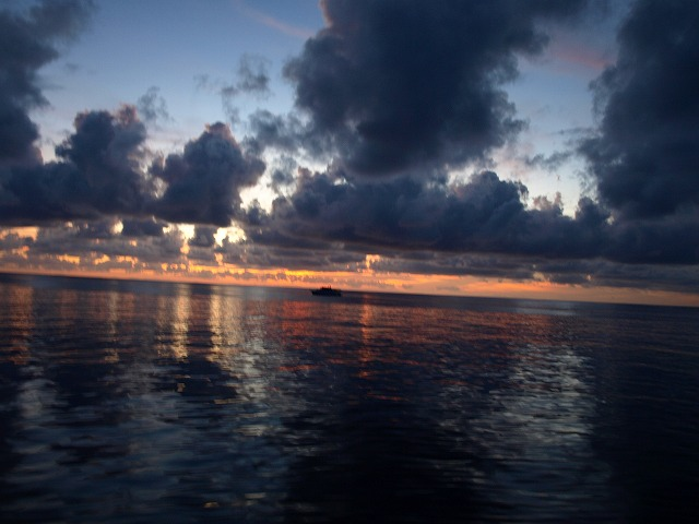 太陽が昇ると共に刻々と雲の色が変化して