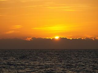 朝日が水平線から顔を出して