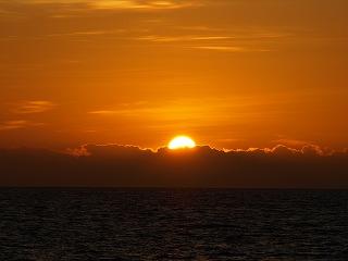 太陽が水平線からほとんど姿を現す
