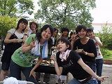12グループに分かれてそれぞれバーベキューを楽しむ学生たち