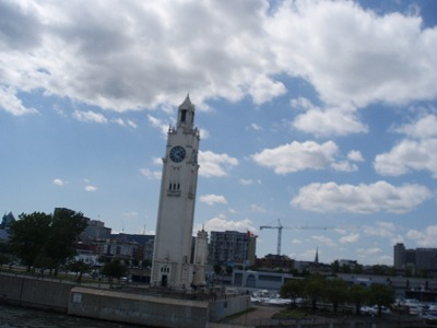 川岸の美しい時計塔