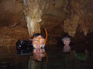海底の鍾乳洞で友人と記念撮影