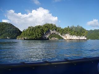 波の浸食作用でできた天然のアーチ
