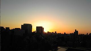 東京の自宅から見る今年最後の夕日
