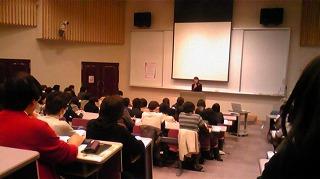 150人以上の人達が熱心に講義に耳を傾けている様子