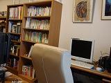 仕事机の周りと本棚
