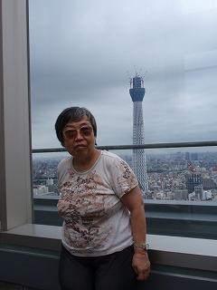 マンション46階の展望室から見えるスカイツリーと私
