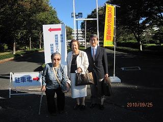 大会長高柳先生と安藤先生と一緒に大会看板の前で撮影