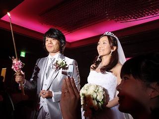 純白のウエディングドレスと華麗なスーツ姿の新郎新婦