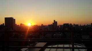 私の部屋の窓から見える黄金色の夕日