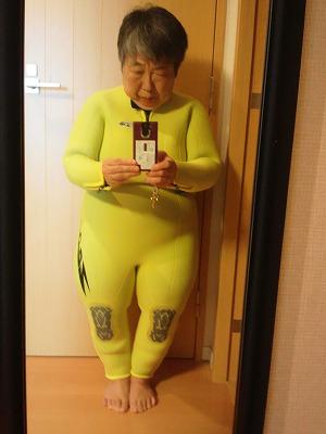 新しく作ったウエットスーツを着て鏡の前で撮った写真