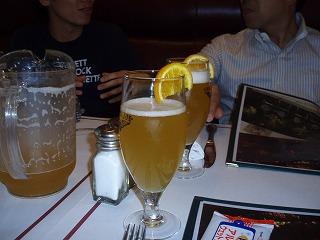 ビールにオレンジが添えてある。珍しかったので