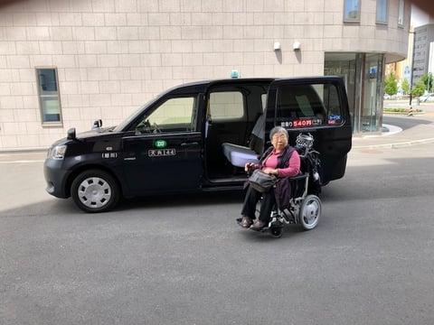 ホテルの前でジャパンタクシーと一緒に撮った写真
